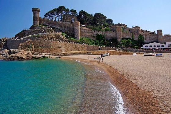 El Castillo de Tossa de Mar, espléndido decorado para las playas de alrededor