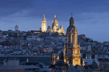 Sacre coeur, Montmartre y Sainte -Trinite de noche, París