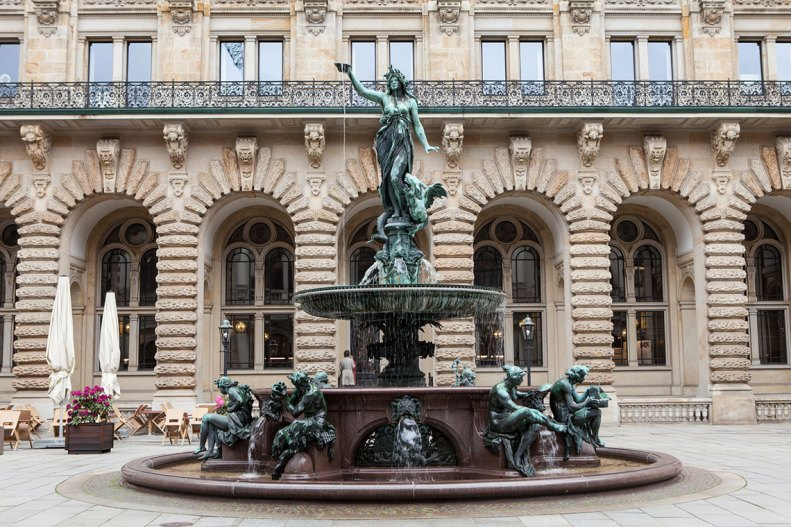 Fuente en la plaza interior del edificio