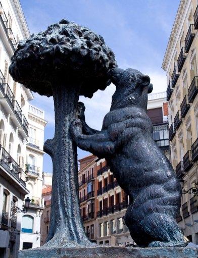 Estatua del oso y del madroño
