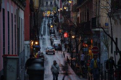 Vida de Barrio Calles de Malasaña, Madrid. Anocheciendo.Daniele Grasso - CC BY 2.0. Imagen original - Ningún cambio.