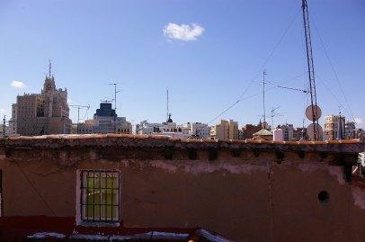 Algunos edificios de la Gran Vía de Madrid desde una ventana del barrio de Malasaña..Gaelx - CC BY SA 2.0. Imagen original - Ningún