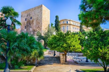 Parque cerca de la torre romana y la residencia real en Tarragona.