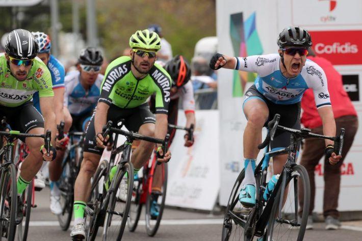 Llegada al sprint en la 2ª etapa de la Vuelta a Castilla y León