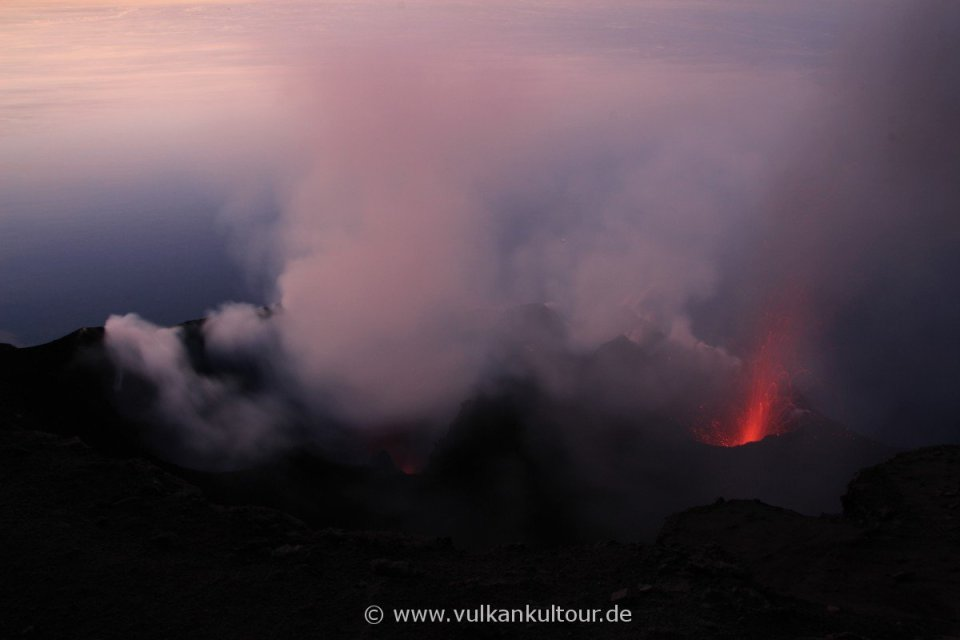 Stromboli - ...und vor uns die Eruptionen. Ein paar wenige heute, aber dafür umso intensivere! Die schönste ohne Fotoapparat in der Hand :-)