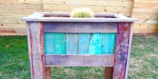 How to make a tall planter box from wood pallets....
