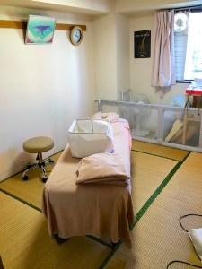 鍼灸整骨院様の施術される部屋の畳を製作しました。「柱の出っ張り」があります。