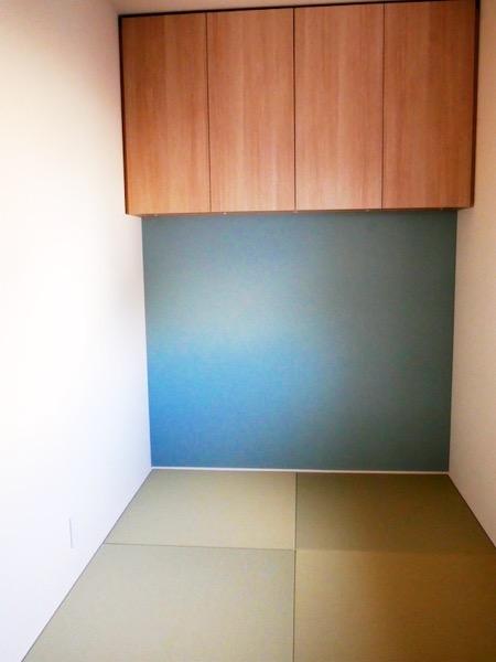 青い壁の畳部屋
