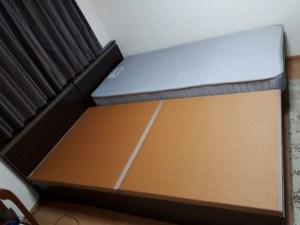 畳ベッドの上に、ふとんやマットを敷くと、高さは隣のベッドとさほど変わらなくなりました