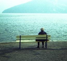 Natürliche Medizin-Stille-Frau sitzt am See