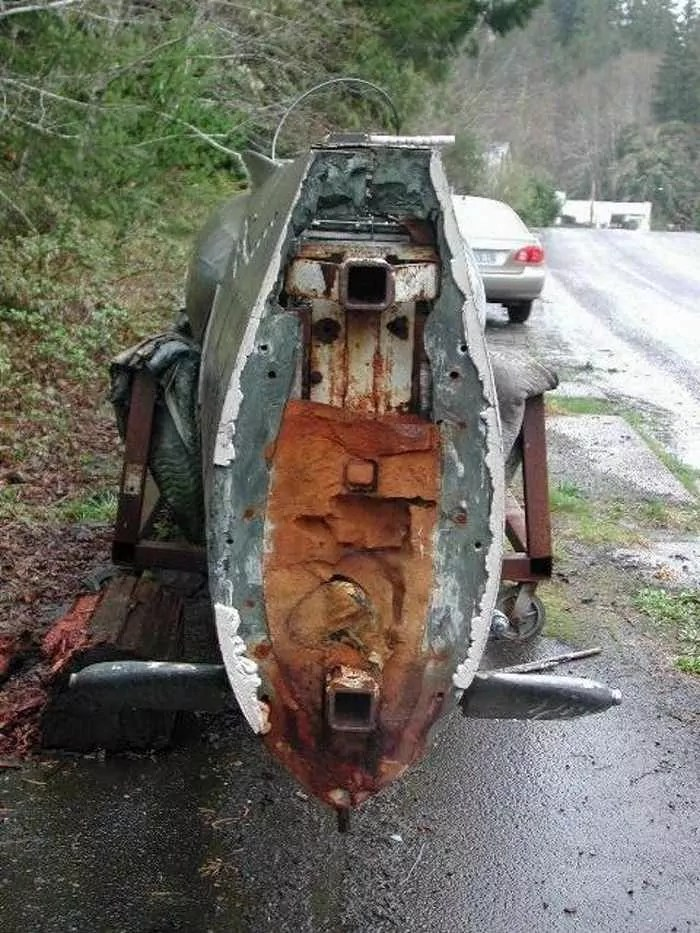 17 Funny Pictures Of Unseen Deserted Submarine -07
