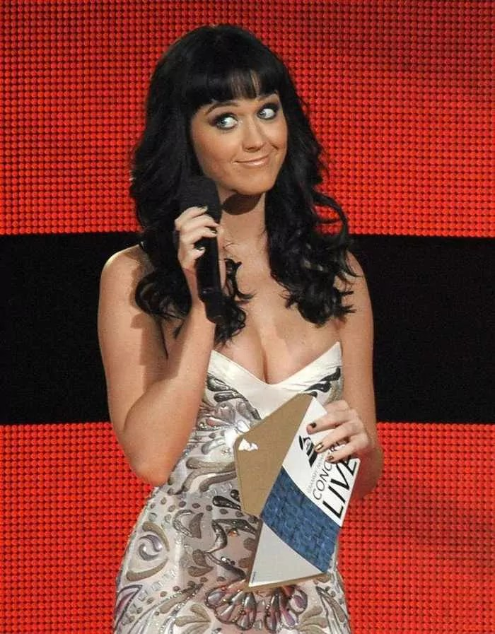 4 Funny Pics of Katy Perry From Grammy Awards-03