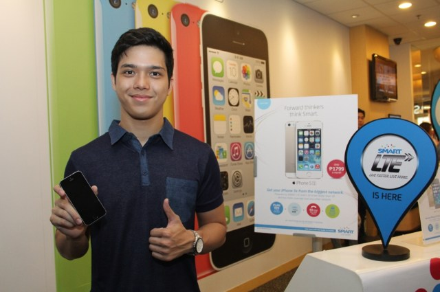 Rapper and actor Elmo Magalona gets his iPhone 5s from the Smart store