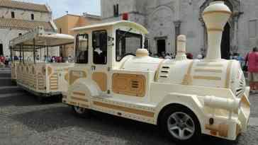 Pociąg w Bari przed katedrą