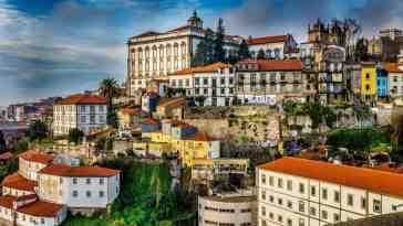 Widok miasta Porto, białe budynki z czerwonymi dachami