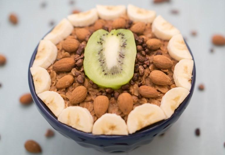 Healthy VEGAN Chocolate Oatmeal Porridge! #vegan #chocolate #oatmeal #porridge #almondmilk #healthy #recipe   www.wakeuptowaffles.com