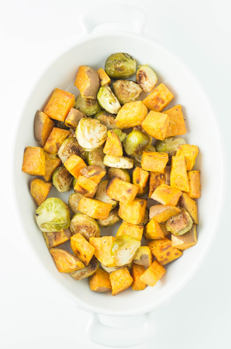 EASY Roasted Sweet Potatoes! #oliveoil #healthydinnerideas #veganrecipes #vegandinner | www.wakeuptowaffles.com