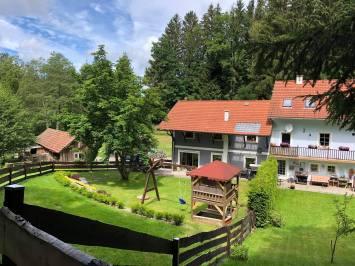Gartenansicht Ferienhaus Sacherl Wald Kobel
