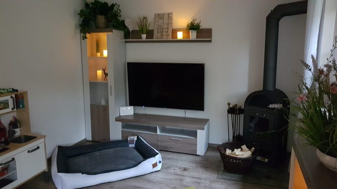 Wohnzimmer mit Kaminofen Ferienhaus Sacherl Wald Kobel