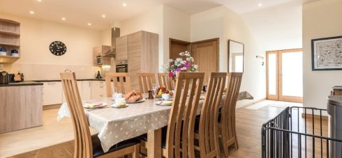 Hedgehunter kitchen and dining room for families sleeps 8 people and sits 12 people