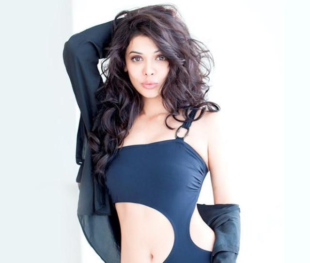 Download Hot Pakistani Actress Sara Loren New Wallpaper Wallpaper For Mobile Cell Phone
