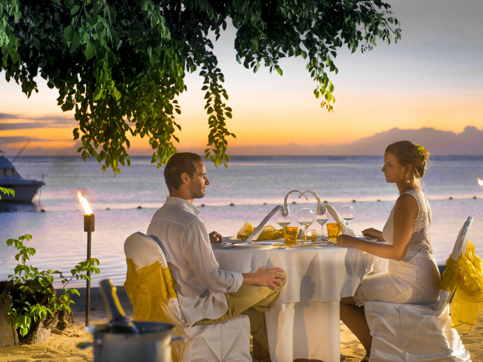 Love Couple Romantic Dinner On The Beach Hd Love Wallpaper 1920x1200