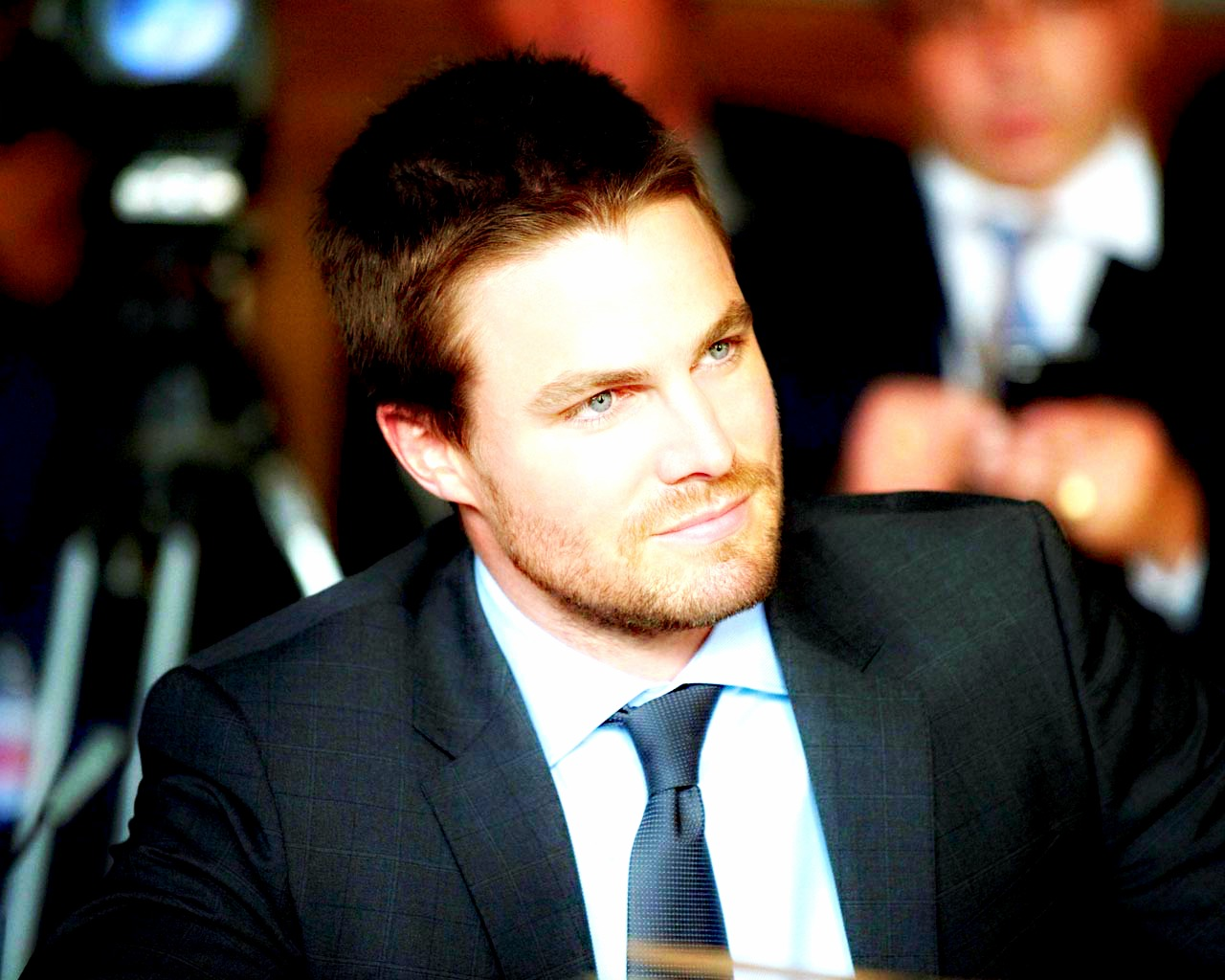oliver queen on business suit