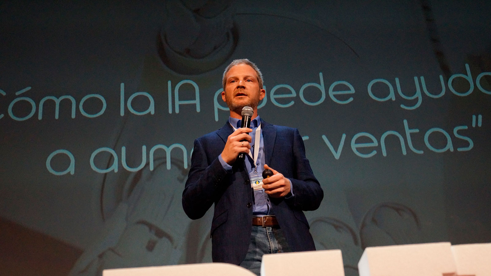 Federico Heinen, Director de Producto e Innovación de Walmeric, dando una ponencia sobre Inteligencia Artificial en Foro IA