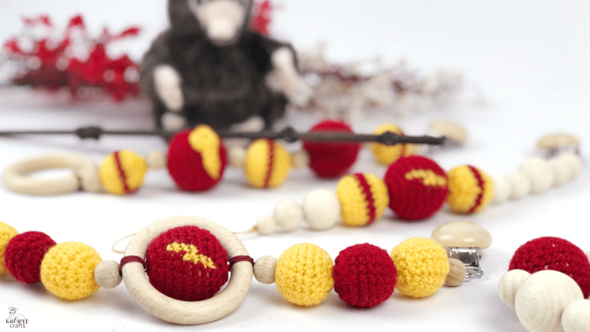 Crochet beads, Harry Potter themed baby clip #diy #harrypotter #babyclip #pacificerclip #crochetbeads