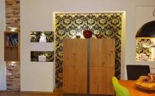 Wohnwand mit Goldtapete