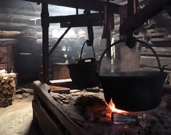 Auf der offenen Feuerstelle in der Karseggalm brodelt und qualmt es wie in einer Hexenküche.