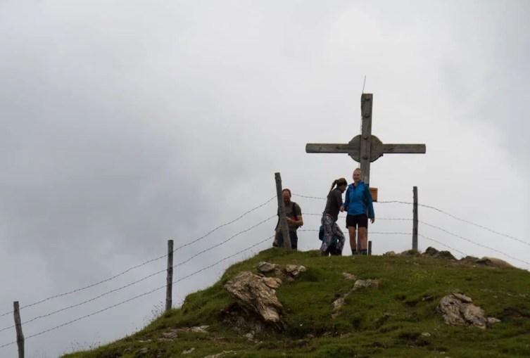 Angekommen auf dem Penkkopf auf 2004 Meter Höhe. Am Gipfelkreuz gab es erst einmal einen Schnaps.