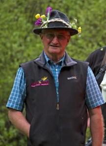Spaßvogel Toni Knapp, nachdem wir ihm den Hut mit Blumen schmückten.