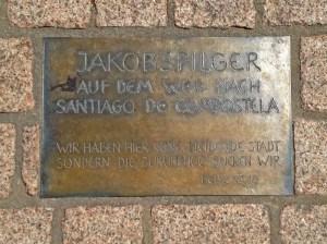 Bodenplatte an der Pilgerstatue