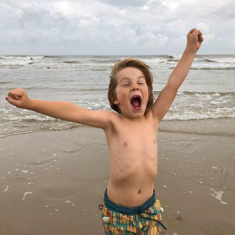 Juichend kind op het strand