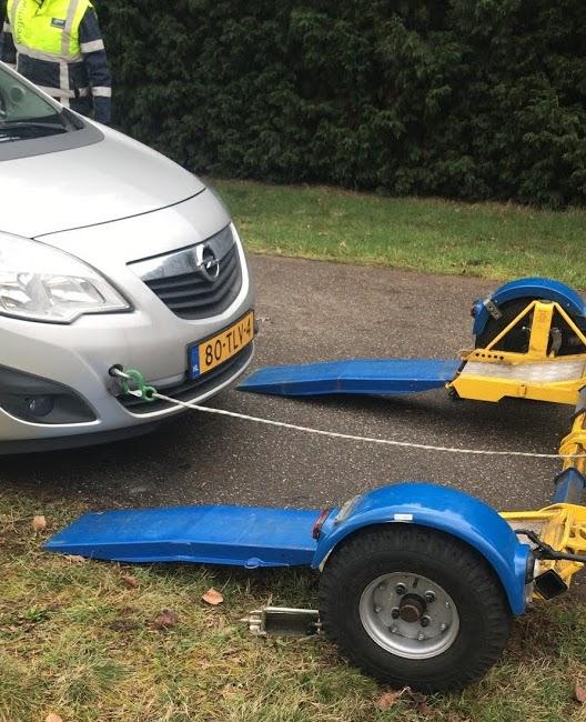 Afslepen van de Opel Meriva.