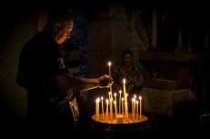Peregrino encendiendo una vela en el Santo Sepulcro, Jerusalén