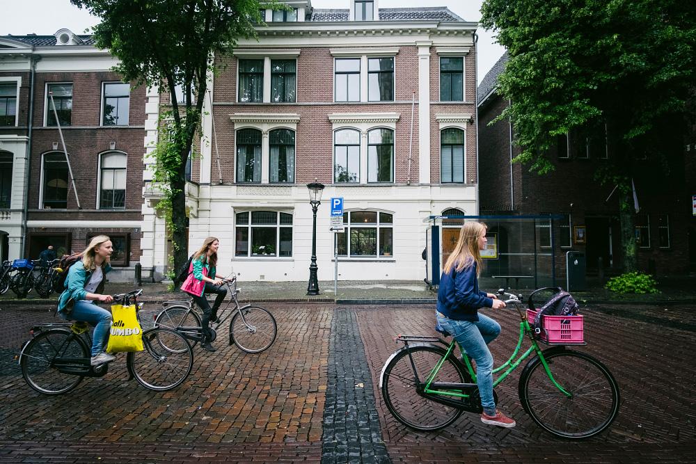 Jóvenes en bici en Utrecht