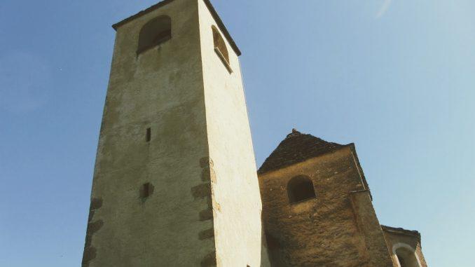 Die zwei Kirchtürme der Kirche von Lohn GR