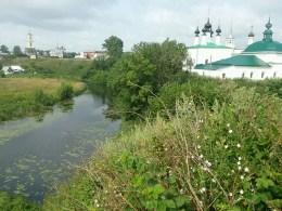Susdal verteilt sich locker in verschiedene Gebiete. Für ständige Moskitos sorgt der sumpfige Fluss zuverlässig.