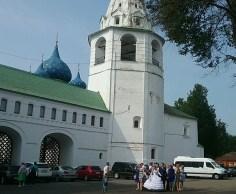 Russische Hochzeit mit höchster historischer Kulisse, am Erzbischofspalast.