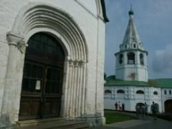 Hier im susdaler Kreml finde ich noch eine der seltenen altrussischen Gebäude, an die 800 Jahre alt.