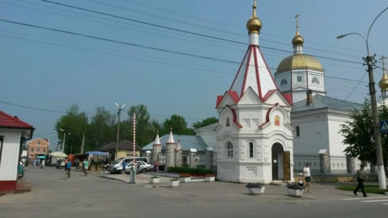Das Zentrum der 9.600 Einwohnerstadt Sudogda; Kirche und Sonntagsmarkt nebenan. Der Ort ist erst etwas über 200 Jahre alt, zieht sich fünf km entlang der Straße. Ein irgendwie liebenswertes Kaff.