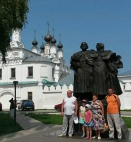 Familienfoto vor dem Kloster unter dem Königspaar. Murom ist aufgrund der russischen Visapolitik kaum von internationalen Touristen besucht, fast nur russische Besucher tummeln sich in überschaubarer Zahl hier.
