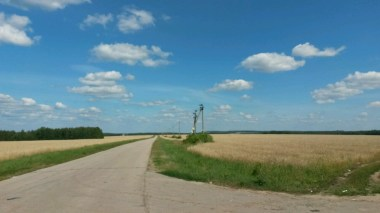 Schönes Russland; abseits der Fernstraße pausiere ich im Schatten der Bäume mit Weitblick übers Feld.