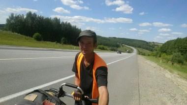 Satte Anstiege aber lassen mich kräftig schwitzen. Auf und ab gehts hier in der Nischni Novgorod Oblast bei über 30 Grad...