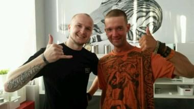 Frisör und Jens kompett zufrieden; umsonst hatt mir der Maestro die Haare auf praktische Spätsommerkürze getrimmt.
