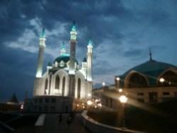 Kommt gut rüber mit all dem Flutlicht. Die neue Moschee in der Mitte der alten Festung.