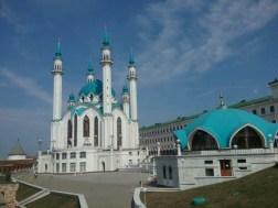 Mitten im Kazaner Kreml steht prächtig die Kul Scharif Moschee, erst seit 2005 ein Neubau, als Symbol des friedlichen Nebeneinanders der Religionen in der Stadt.