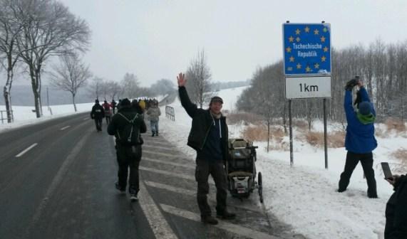 Noch voller Hoffnung überquere ich mit dem Friedensmarsch die erste Grenze...